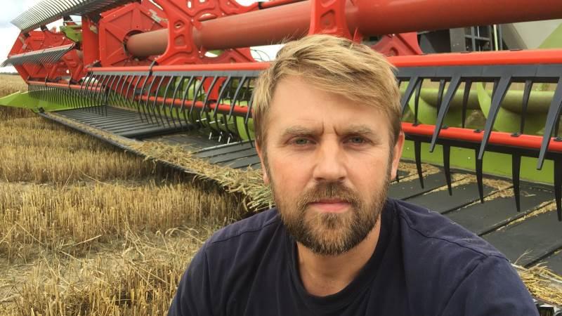 - Vi har stadig 450 hektar, der skal høstes – så vi presser lidt på nu for at komme videre, fortæller Hans Damgaard.