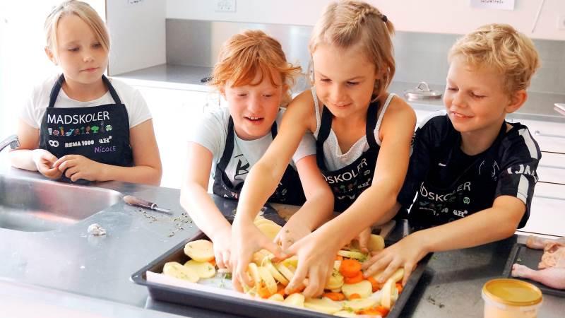 Alle giver en hjælpende hånd eller giver gode råd, når maden skal laves.