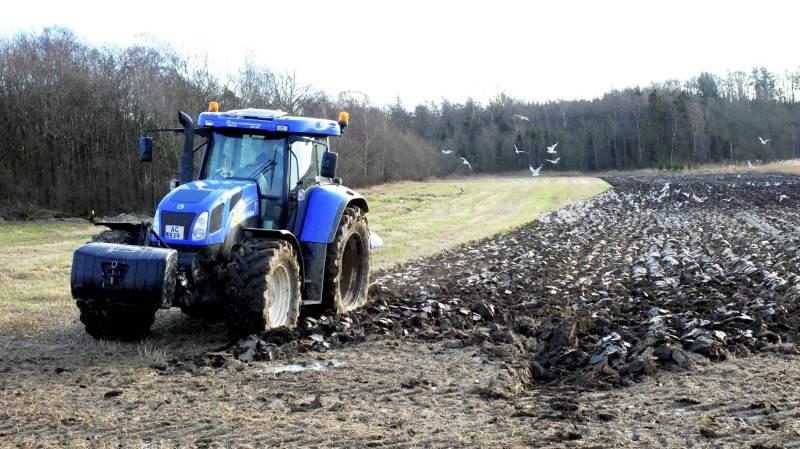 De reducerede kvælstofmængder, landbruget har måttet leve med i 20-30 år, ser vi nu konsekvensen af. Kulstof- og humusindholdet i den danske landbrugsjord er nu på grund af den reducerede kvælstoftildeling blevet brændt af som CO2, skriver Henrik Møller Andersen. Foto: Colourbox