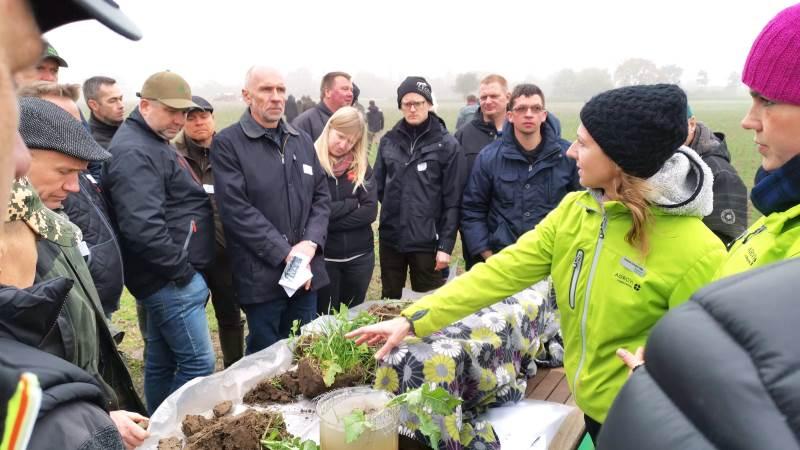 Økologikonsulent Susanne Kromann Helle, viser forskellige jordbundstyper, og hvordan man kan se forskellen på, hvordan de udvaskes i vandbeholdere. Den stand gav anledning til diskussion.