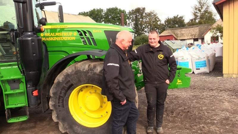 Henrik og Jonas Simonsen har i alt seks ansatte under sig og samlet set fem traktorer på maskinstationen. Tre af traktorerne har været omfattet John Deeres brændstofgaranti.