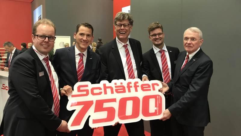 7.500 Schäffer-maskiner har Helms TMT-Centret importeret fra Schäffer-koncernen siden 1994. - Vi er en familieejet virksomhed, ligesom Schäffer er, og vi tænker i generationer og bygger vores samarbejde på relationer og respekt og tillid, sagde Allan Helms (tv), flankeret af Rüdiger Lohoff, Kristian Helms, Jakob Helms, der også er anden generation i Helms-familien og endelig Siegfried Schäffer yderst til højre.