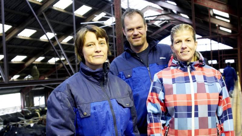 Socialkonsulent Mette Neist (th) brugte en dag hos mælkeproducenterne Charlotte og Søren Vejen på ejendommen Rødkjærsgård i Lendum i Vendsyssel, for at blive klogere på en mælkeproducents arbejdsopgaver.