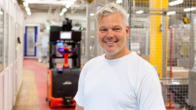 Produktionschef Karsten Rokkedal, Dragsbæk, glæder sig over den førerløse truck, der skal frigøre ressourcer og spare medarbejderne for tunge løft og skub.