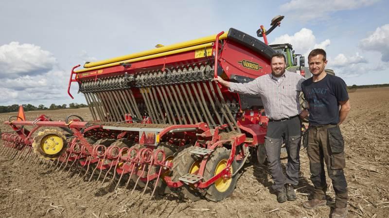 Driftsleder Anders Bak Hansen (tv) står med såmaskinen, som godset bruger til at så alle afgrøderne.