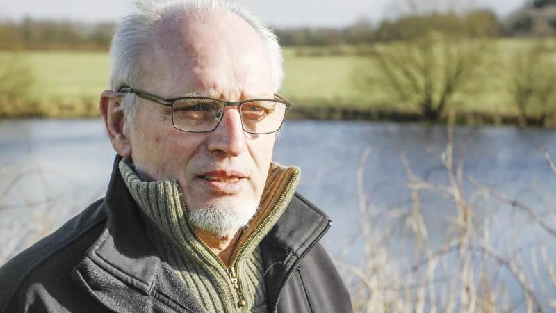 - Når det er blevet så udbredt, så er det fordi, at landmændene synes, at det er en god idé. Landmændene elsker deres natur og at gå ude i den. Og mange landmænd synes, at det er for ensformigt og kedeligt bare med en stor hvedemark. Så de vil gerne gøre noget for biodiversiteten, siger deltidslandmand Jens Simonsen fra Herning-Ikast Landboforening.