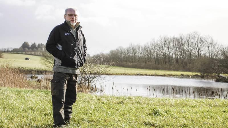Jens Simonsen har tidligere haft en ekstra seks meter bred bræmme af faunastriber rundt om sin sø uden for den lovpligtige 2 meters randzone. Faunastriberne var groet til, og han genplanter dem nu i år.