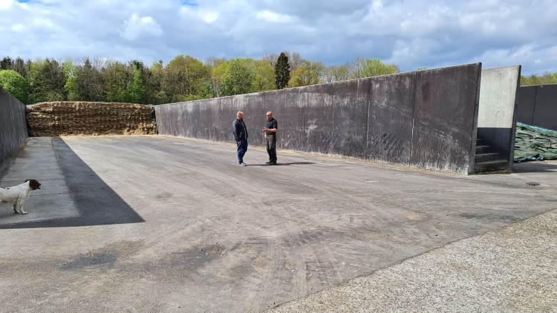Asfalteringen af Torben Goltermann Hansens siloer tog kun et døgn. Her inspicerer mælkeproducenten (til højre) resultatet sammen med Ryan Knudsen fra Munck Asfalt.