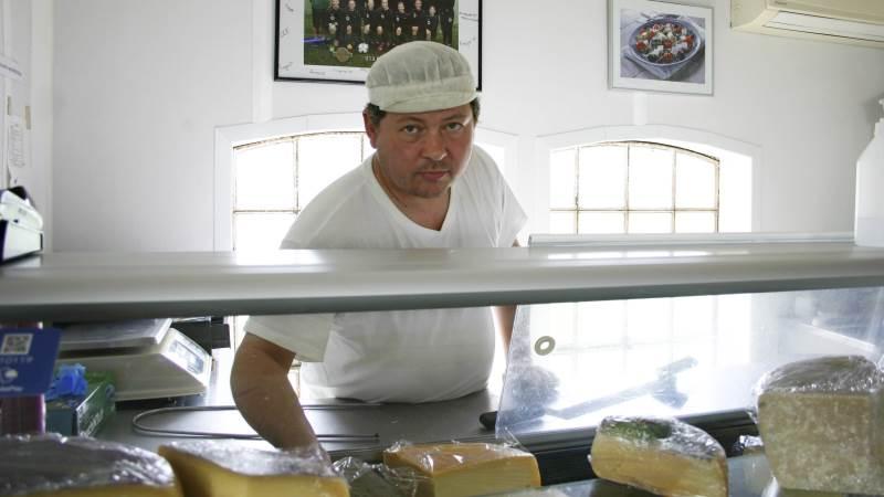 - Jeg sætter en ære i, at folk kan købe alt, hvad de har brug for indenfor ost her i butikken, så de ikke skal andre steder hen for at fylde ostebordet, siger Jørgen Hoff.