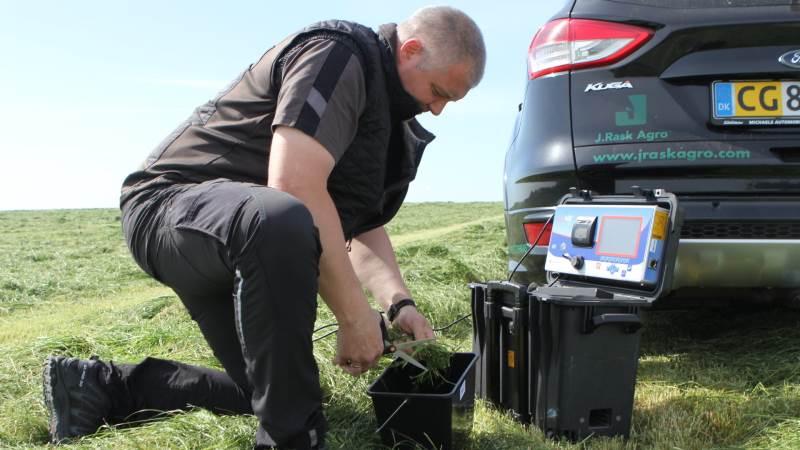 Med det transportable NIR-apparat kan Jesper Rask Pedersen hurtigt lave en græsanalyse.