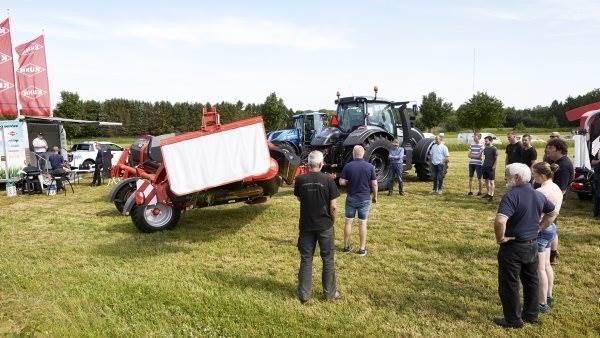 I de seneste uger har Kuhn-karavanen været rundt i landet med både skårlæggere, river og pressernyheder. Forrige torsdag i det flotte sommervejr var den nået til Fyn, hvor økolog Arne Jørgensen lagde syv hektar til demonstrationen.