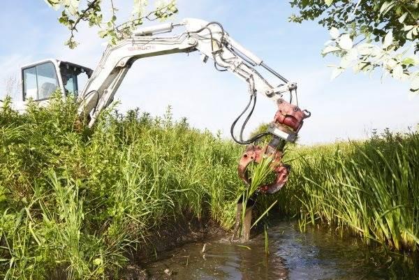 Med den såkaldte pincet-grab plukker gravemaskinen de stive bundplanter som pindsvineknop med rod op ad vandløbet.