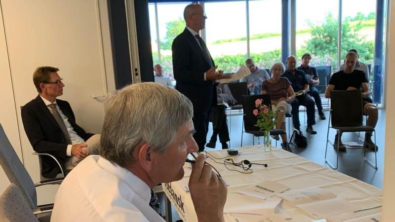 Der var formandsskifte på generalforsamlingen i Østdansk Landboforening, hvor Jørgen Petersen (forrest) blev afløst af Ole Elbæk, der ses stående i baggrunden.