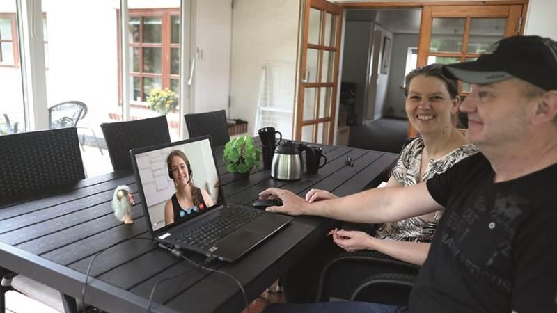 Landmand Henrik O. Larsen fra Ikast og hustruen Karina er nogle af dem, der har haft glæde af regnskabsgennemgang via computerskærmen hjemme fra gården.