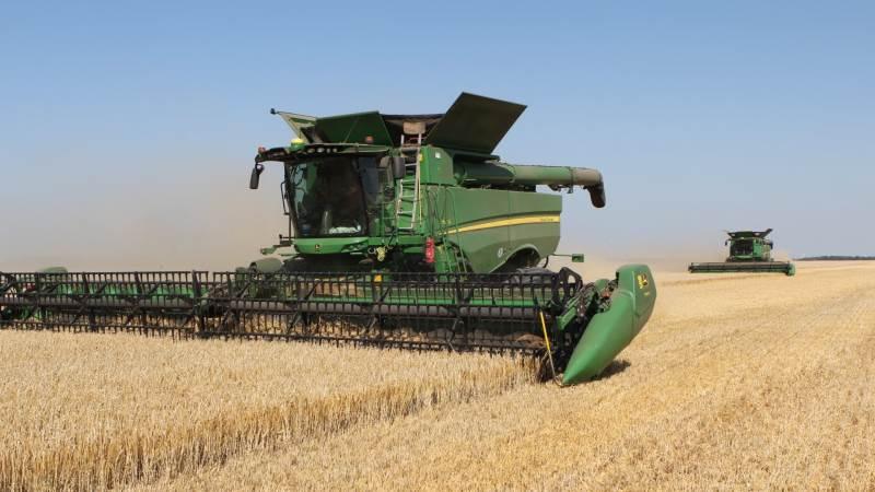 I alt fire John Deere-mejetærskere klarer de cirka 3.200 hektar høst hos JSJ Agro. Fotos: Christian Carus
