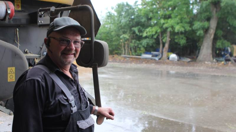 Et par regnvejrsdage ødelægger ikke Niels Christian Nielsens humør. Det passer godt ind i planerne med et afbræk til at så raps. Fotos: Christian Carus