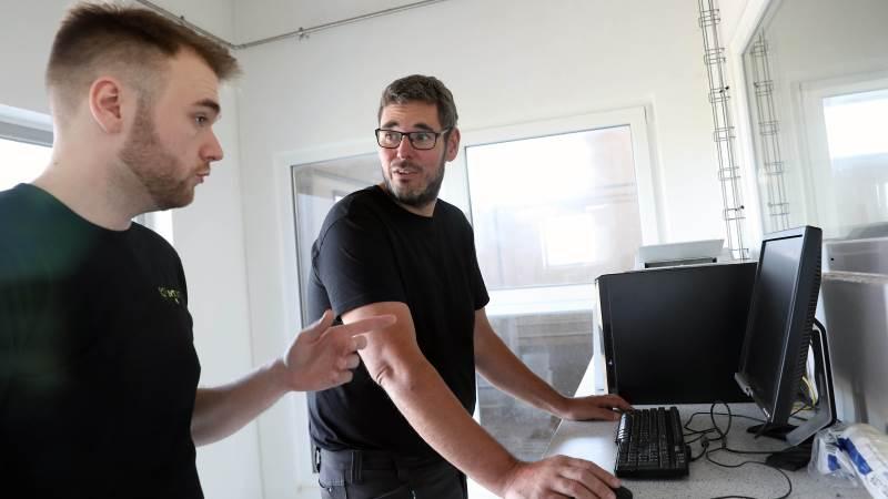 """IT-konsulent Kaare Helsinghof (tv) har sikret, at Håstrupgård har haft en ukompliceret overgang fra tidligere løsninger til det nye Microsoft 365, som indehaver Esben Graff (th) ser frem til at udnytte fordelene i. Avls- og opformeringsbesætningen har behov for at kunne dele masser af data, ligesom det har været vigtigt at have informationerne og backup liggende samlet ét sted i """"skyen"""""""
