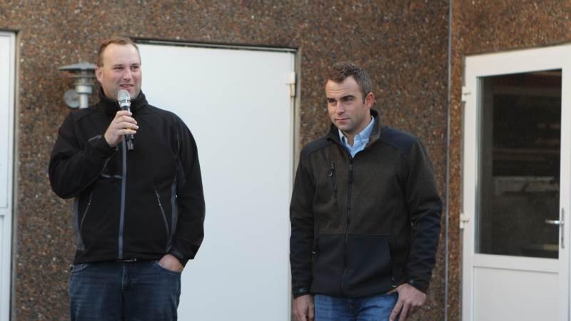 For Jens (tv) og Martin Jensen (th) har en slætstrategi med seks slæt givet en gevinst på 194 kroner pr. årsko. Foto: Christian Carus