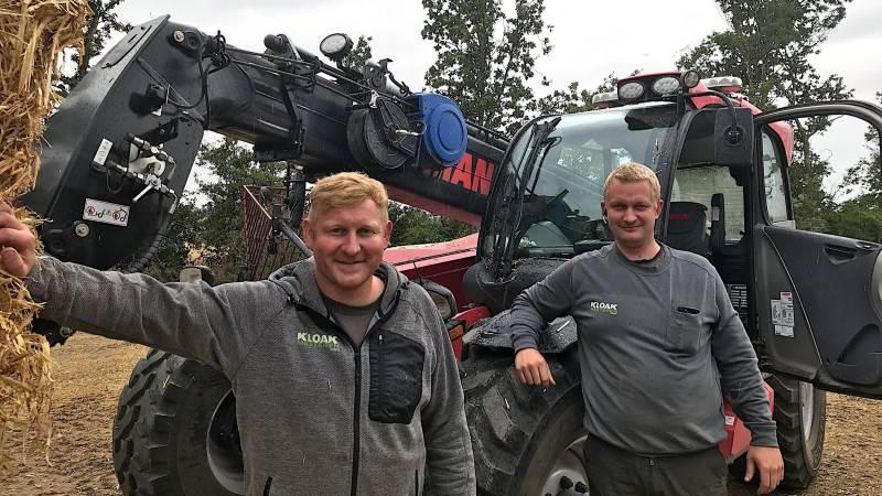 Morten Bonde (tv.) ejer og leder maskinstationen, mens Jesper Jensen er driftsleder. De køber halmen hos lokale landmænd og presser den til maxiballer, som sælges.