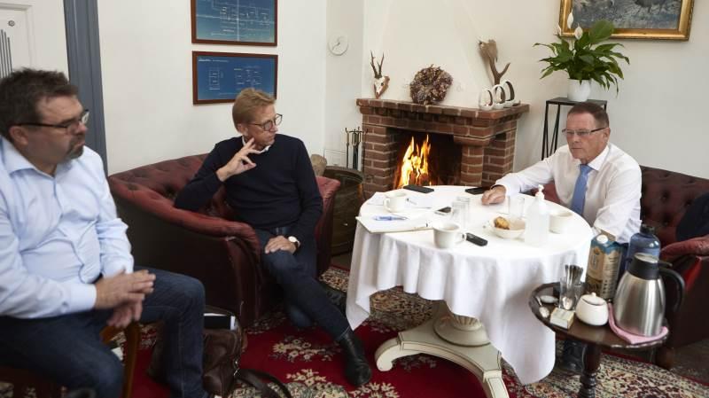 Asger Christensen (i midten) var nogenlunde fortrøstningsfuld for nogle af Danmarks mærkesager i EU-forhandlingerne sagde han til Torben V. Povlsen (til venstre) og Erling Bonnesen. Foto: Erik Hansen