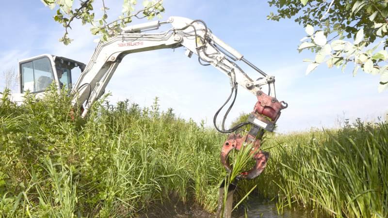 - De fleste landmænd har maskinel, der kan vedligeholde vandløbene. Jeg er sikker på, at hvis landmanden fik lov, så vil mange gerne tage imod tilbuddet, siger Lars Peter Frisk. Arkivfoto: Erik Hansen.