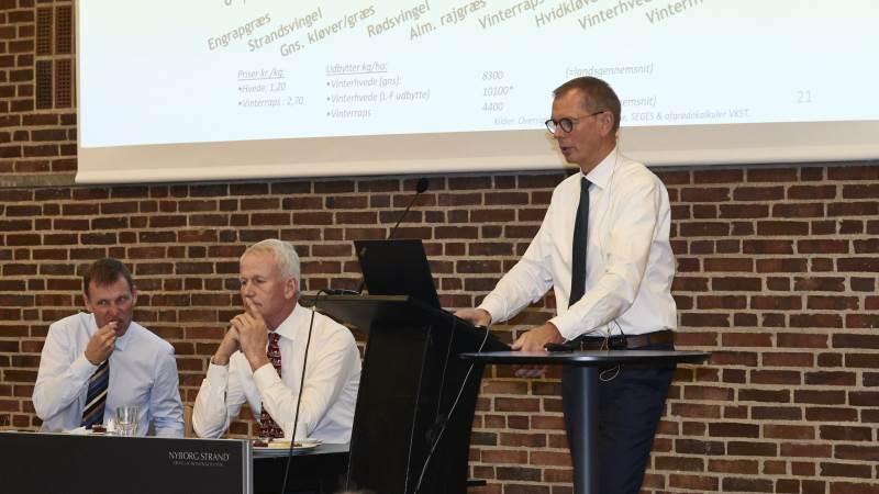 Bag DLF-ledelsen blev det ved generalforsamlingen i går tydeligt illustreret, at det økonomiske afkast er størst i frøgræs i forhold til raps og hvede (de to søjler til højre). Fotos: Erik Hansen