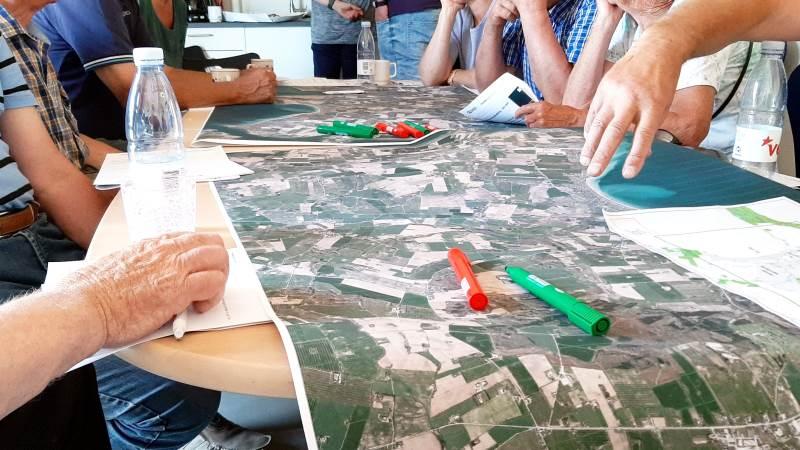 Det kan være en kompliceret affære at skulle få en multifunktionel jordfordeling på plads. Billedet her stammer fra et møde tidligere i 2020, hvor en gruppe sønderjyske landmænd var samlet for at drøfte mulighederne, blandt andet via jordfordeling, for at kunne udvikle et lokalområde. Foto: John Ankersen.