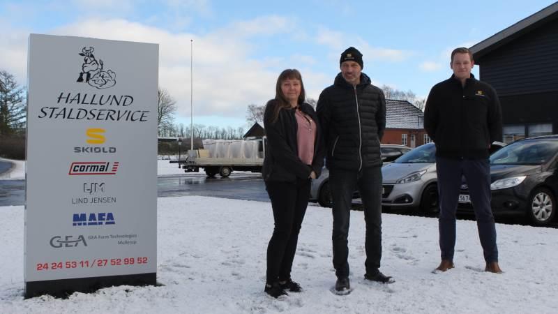 Som ny servicepartner har Hallund Staldservice ved Annemarie og Anders Larsen knyttet endnu tættere bånd til Skiold og Martin Holm Pedersen (th).