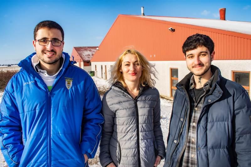 Gabriela Augusta Ursan er glad for de to unge fra Spanien, Antonio og Carlos, der arbejder i staldene på Eskelund Multisite ved Eskilstrup på Falster.