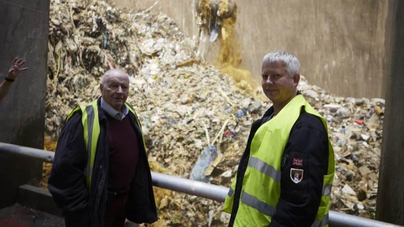 Den tidligere halmformand Hans Stougaard (tv) og produktionschef Morten Brunse, Fjernvarme Fyn, finder anvendelsen af overskudshalm i affaldsforbrændingen som et godt supplement til den faldende affaldsmængde og en oplagt mellemløsning frem mod grønne energiløsninger. Fotos: Erik Hansen