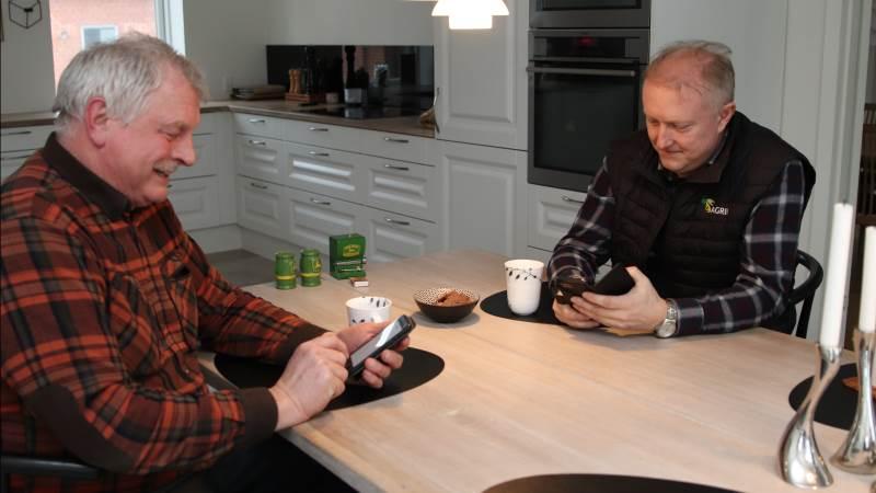 Indehaver af Skalmstrup Maskinstation, Henrik Simonsen bruger blandt andet Farmtracking som et af flere digitale værktøjer i hverdagen. Her tjekker han og chefkonsulent i Agri Nord Planteavl, Flemming Floor Jensen, hvad der er lavet i marken i år. Foto: Agri Nord