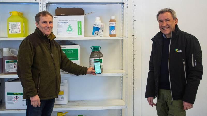 Poul Madsen (th), teamleder i Agri Nord Planteavl, anbefaler sine kunder at bruge app'en KemiTjek, så der er styr på både lagerbeholdning og lovgivning. Her ses han sammen med planteavler Jørgen Jensen, Aalborg, der har stor glæde af at bruge app'en.