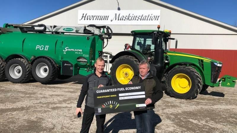 På billedet ses Poul Højstrup (th), der er ejer af Hvornum Maskinstation, sammen med Brian Bay Christensen fra Semler Agro.