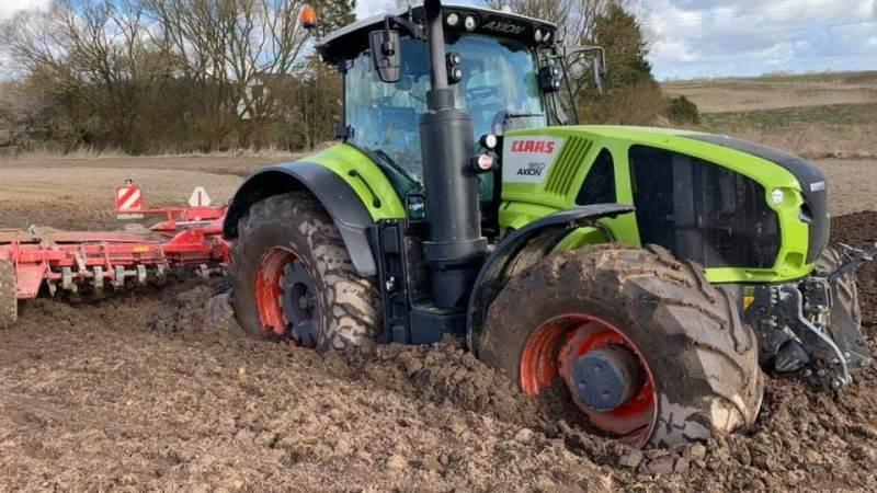 Pløre og mudder på markerne øger risikoen for, at traktoren sætter sig fast - foto: Rescue Center Denmark