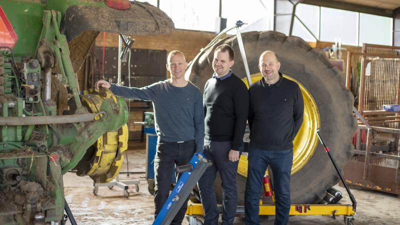 Der er allerede fuld gang i værkstedet hos Memas, og Brian Bay Christensen (tv), Anders Poulsen og Torben Poulsen (th) er klar til at byde indenfor hos maskinforretningen i Mejlby. Foto: Degn Grafisk