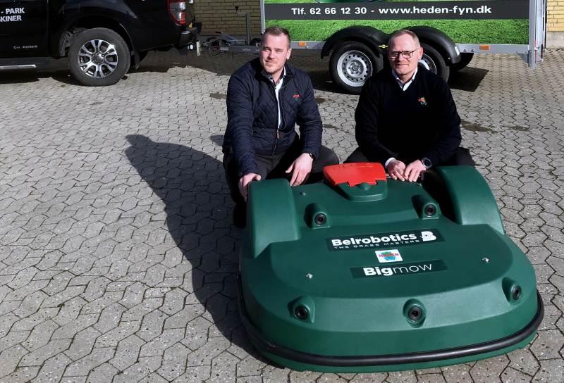 Salgskonsulenterne Morten Bo Traun-Eriksen og Glenn Nielsen med Heden Maskinforretnings nye forhandling. Denne Belrobotics Bigmow robotplæneklipper har en klippebredde på 103 cm.