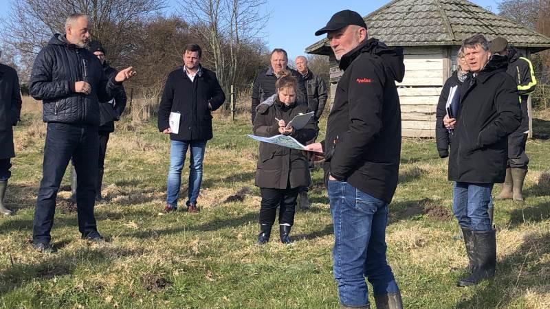 Overtaksationskommissionen på besøg i Beder hos landmand  Finn Bjørndal i mandags.  Formanden for kommissionen er Søren Mørup længst til højre i billedet.  Foto: L&F