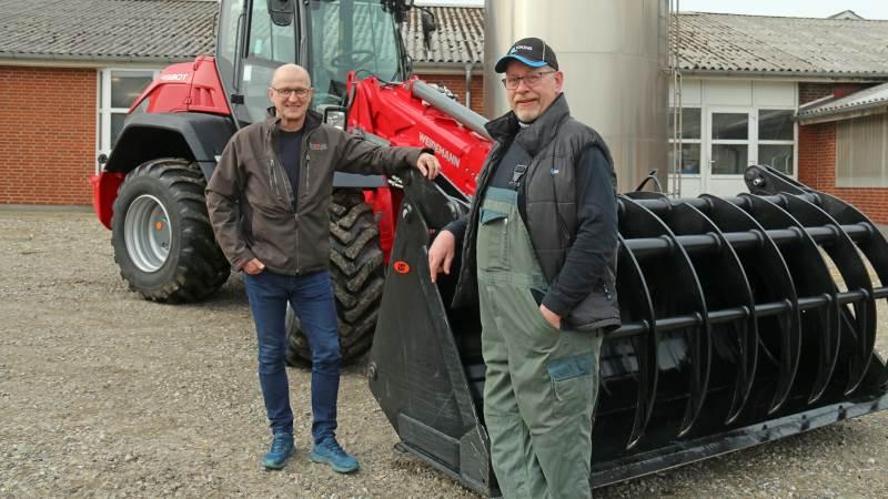 Salgskonsulent Poul C. Pedersen (til venstre) fandt den rigtige maskine til Per Warming og stod for leveringen af den største Weidemann-teleskophjullæsser.