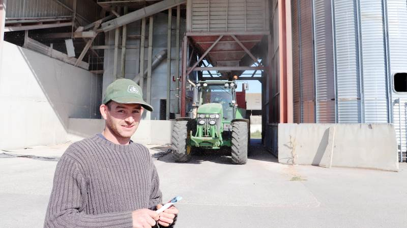 Til reduktion af metan fra husdyr er der lige nu de største perspektiver i foder-additiver, lød meldingen på FEFAC´s webinar i denne uge. Her ses en fransk kvægavler ved sit foderanlæg.
