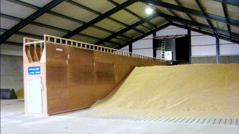 Ved meget vådt korn opdeler man sit planlager med et mindre rum. Dette rum anvendes herefter som et portionstørreri. - Kornet må ikke indlægges i en større højde end en til halvanden meter, understreger landskonsulent. Arkivfoto