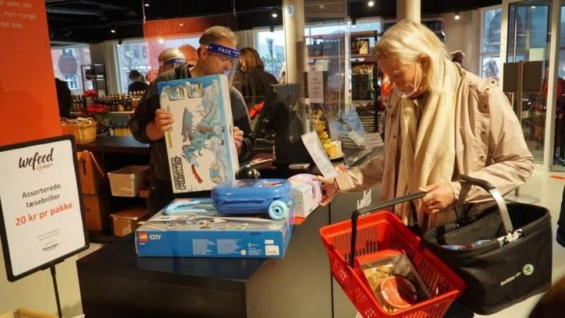 Wefood sælger overskudsvarer, som almindelige supermarkeder og butikker ofte kasserer, men som ingenting fejler. Det kan være varer, der er overproduceret, har fejl i emballagen eller har passeret bedst-før-datoen. Foto: Folkekirkens Nødhjælp