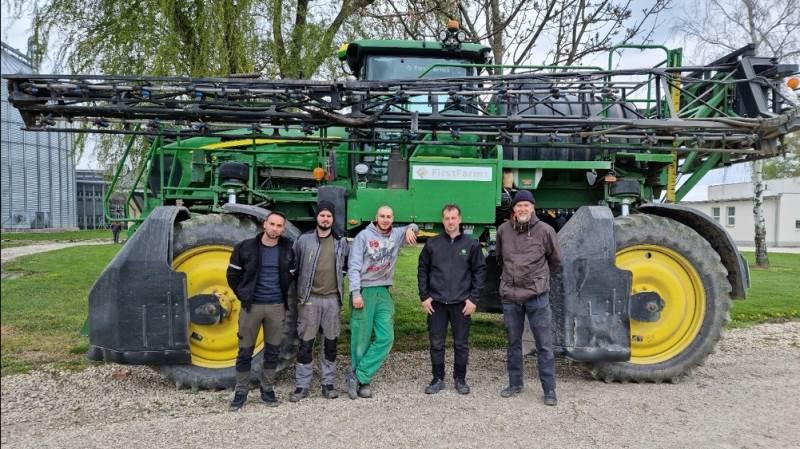 Markchef Ole Hjelm (th.) - der er Global-føljetonvært her i Effektivt Landbrug det kommende års tid - med hans agronom (tv.). Imellem dem de tre traktorførere på Firstfarms' landbrug i Tjekkiet. Fotos: Firstfarms