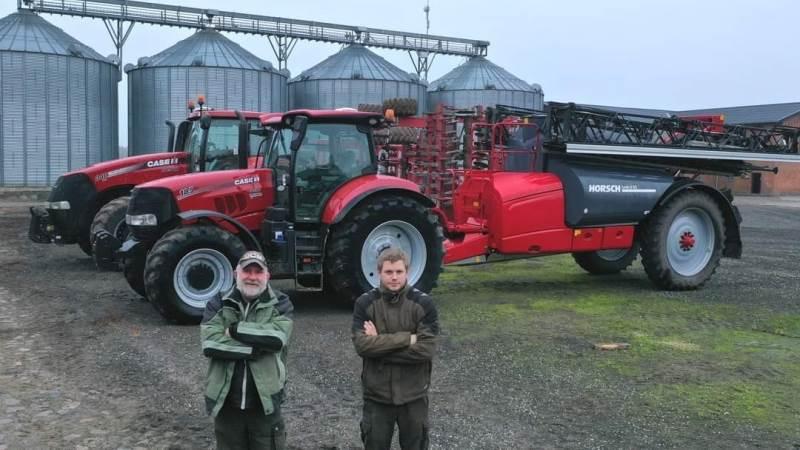 Michael Sørensen (tv.) er mangeårig medarbejder på Valdbygaard. Han står her sammen med Emil Nygaard, der er fast mand på plantebeskyttelse, foran den nye Horsch Leeb 8 GS-trailersprøjte.