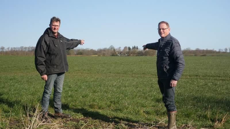 Den fynske landmand Niels Erik Maegaard (tv.) og Venstres Erling Bonnesen viser her en mark, hvor der skal etableres et jorddige, som en tidligere ejer for år tilbage har fjernet.