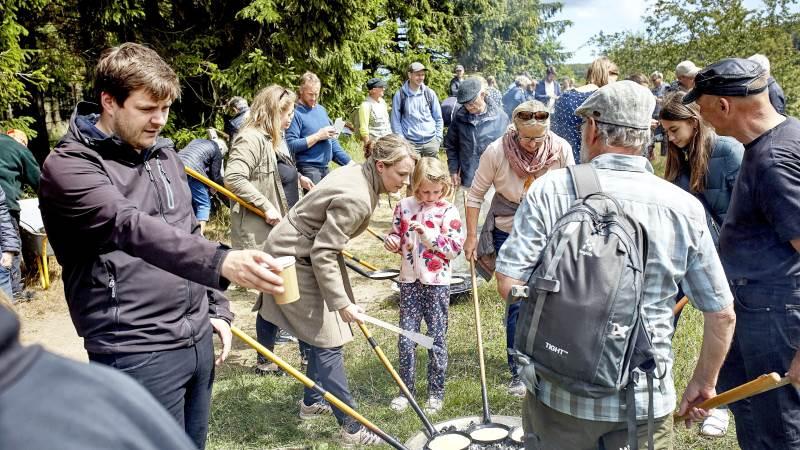 Almindingen på Bornholm har tidligere været midtpunkt for naturarrangementer. Her ses miljøminister Lea Wermelin (i midten) under indvielsen af Bisonstien i skoven. Foto: Pelle Rink