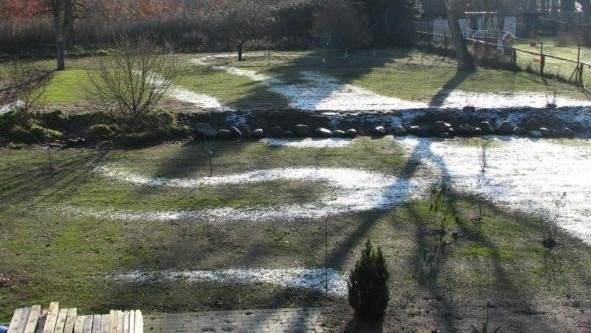 Figur 1 - Her der derfor få m jordslange til en varmepumpe, så kommer der rim på græsset, så tilløbstemperaturen til varmepumpen bliver meget lav. Det giver rimspor på græsplænen.