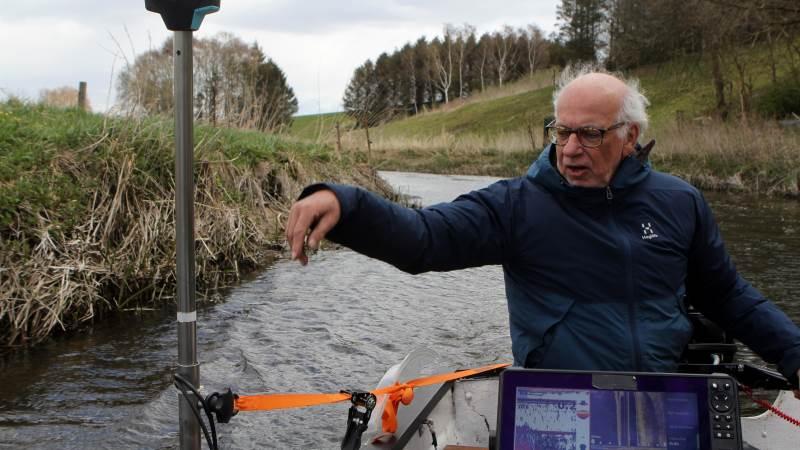 Ifølge Steen Rasmussen kan han lave målinger af vandløb på en brøkdel af den tid, som det tager kommuner at få dem foretaget. Foto: Lasse Ege Pedersen
