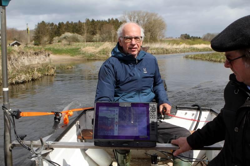 Sten Rasmussen fortæller, at han kan lave målinger af vandløb på en brøkdel af den tid, det tager kommuner.  På hans skærm kan man hele tiden følge vandløbets forløb. Foto: Lasse Ege Pedersen
