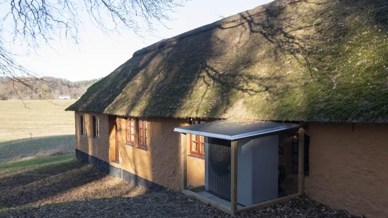 Mogens Riis Lauritzen har udskiftet oliefyret med en luft-til-vand varmepumpe fra Vølund Varmeteknik. Han glæder sig over store besparelser på varmeregningen, samtidig med at der er skruet mere op for varmen i huset, også i gæsteværelser og gangarealer.