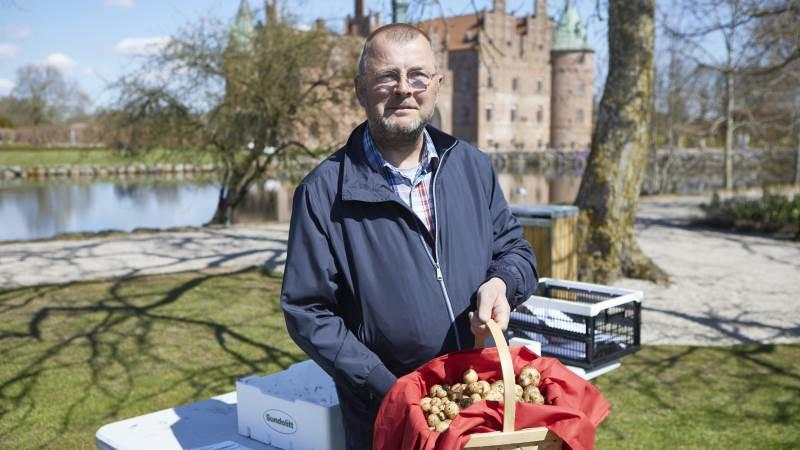 Jan Bangert fra Jegerup er årets danske mester i dyrkning af kartofler på friland. Vinderen ses her foran Egeskov Slot med de 4.888 gram fra 10 kartoffelplanter. Foto: Erik Hansen